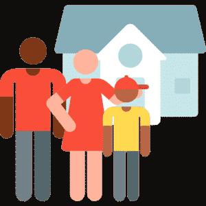 Застрахована сім'я стоїть поряд з будинком