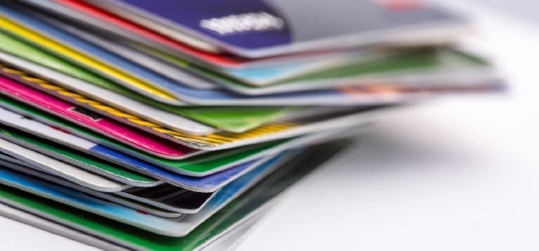 кредитні картки, складені на столі
