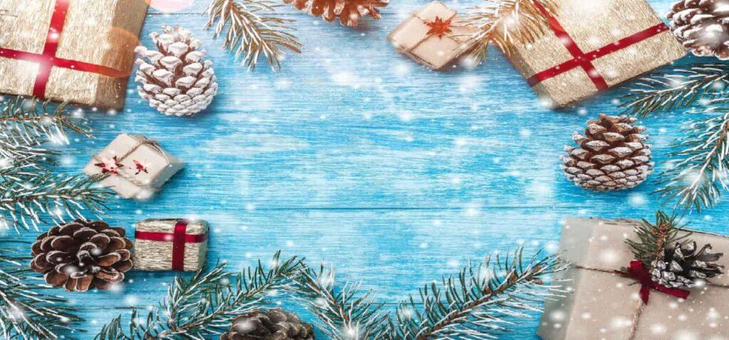 новорічні прикраси на столі