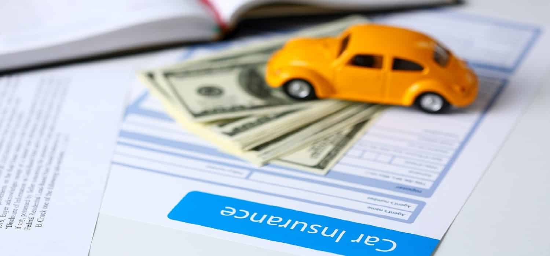 жовтий автомобіль гроші та поліс автострахування