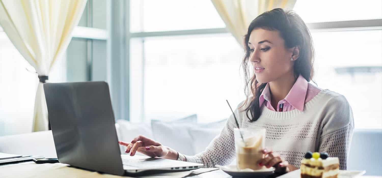 молода дівчина бере кредит онлайн