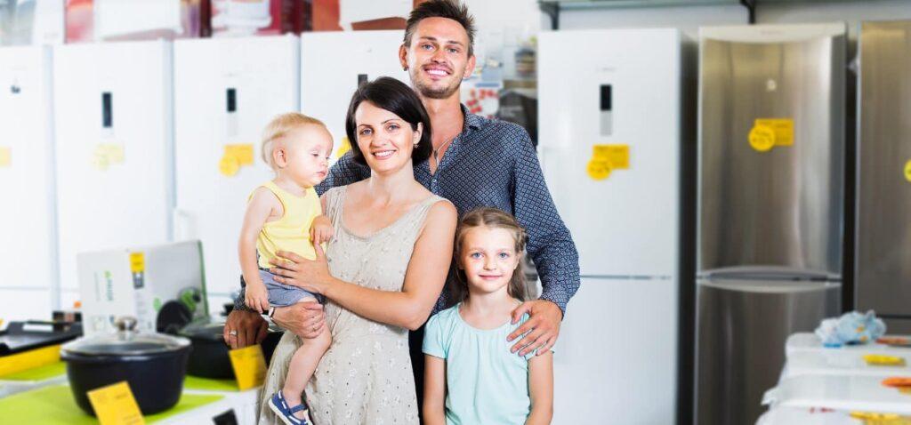 Сім'я в магазині купує побутові товари в розстрочку