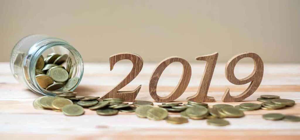 рік 2019, банк та гроші на столі