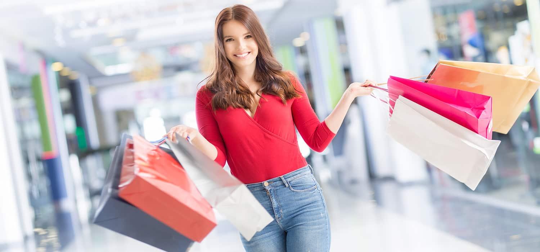 молода жінка в торговому центрі робить покупки за споживчий кредит