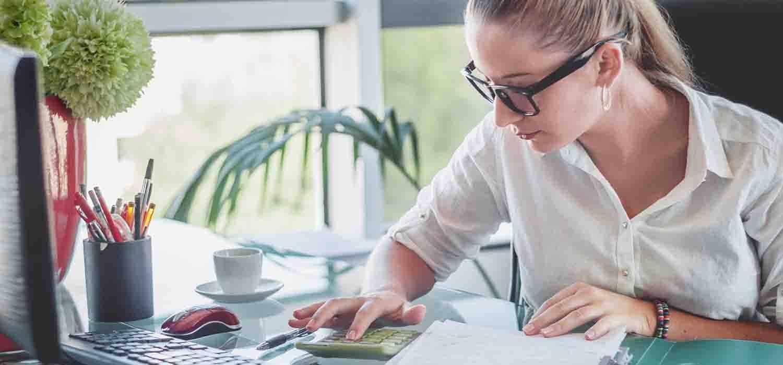 Дівчина займається фінансовим плануванням