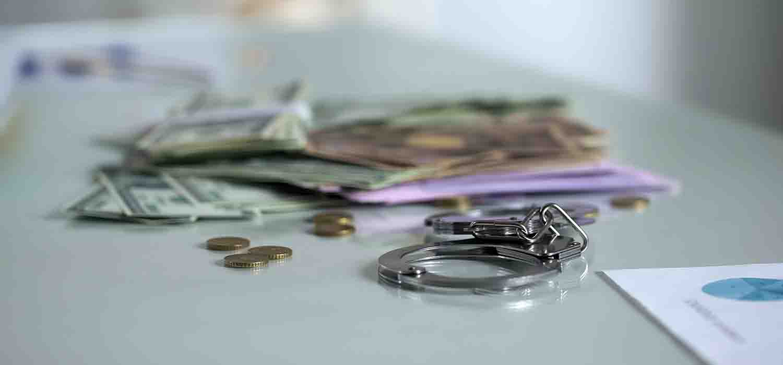 гроші та наручники