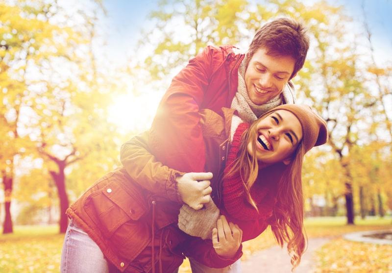 щастлива двойка в парка през есента