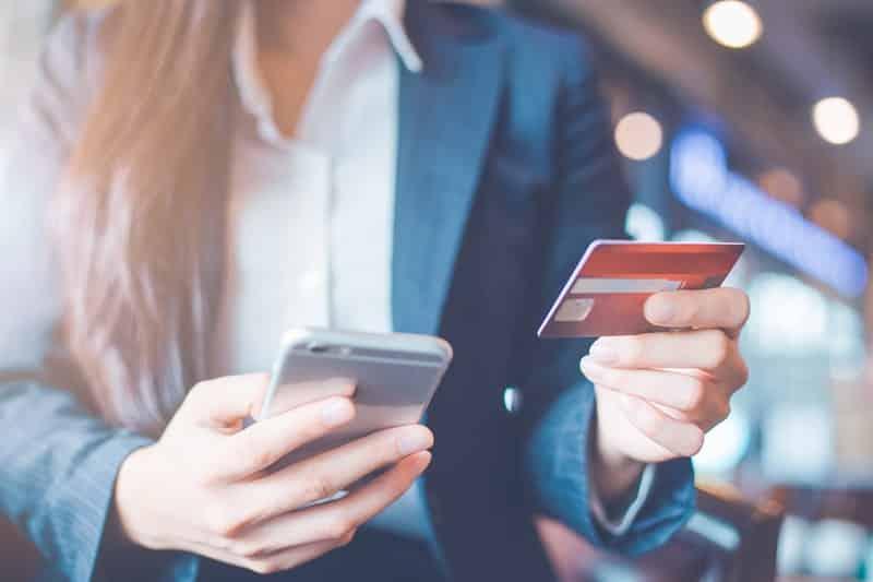 бизнес дама плаща с кредитна карта