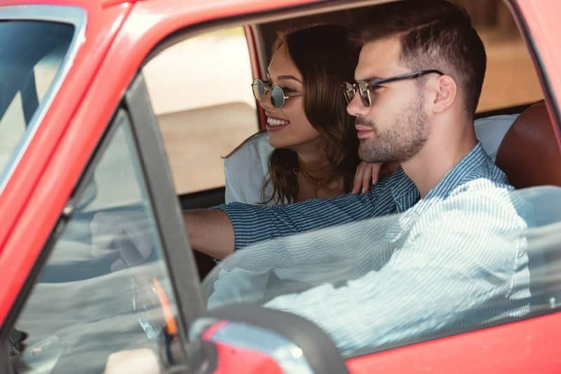 щастлива двойка в кола