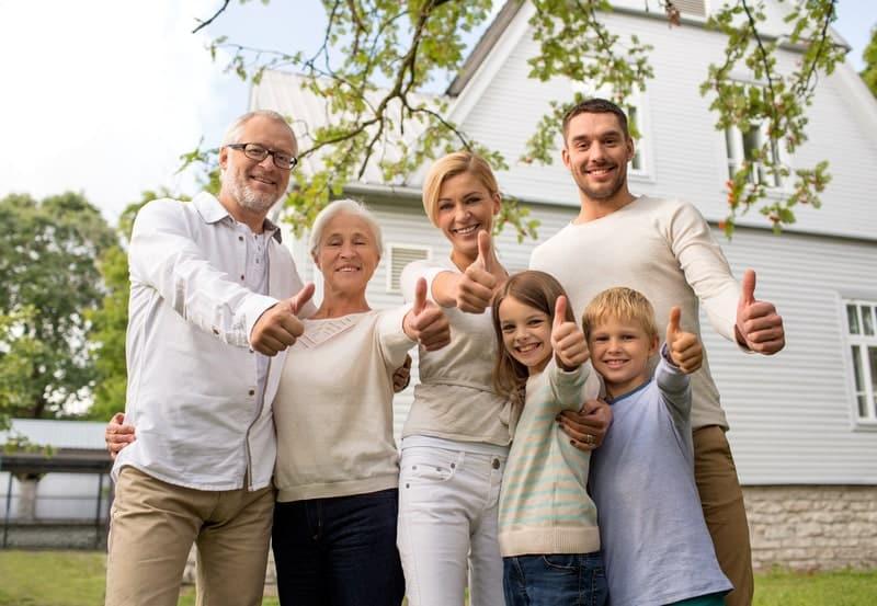 щастливо семейство пред дома си