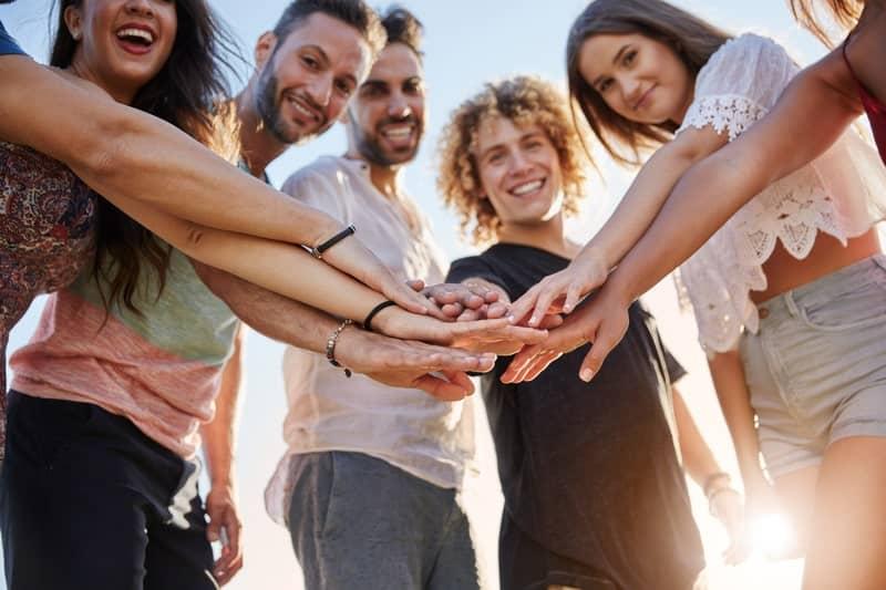 група усмихнати хора работят заедно