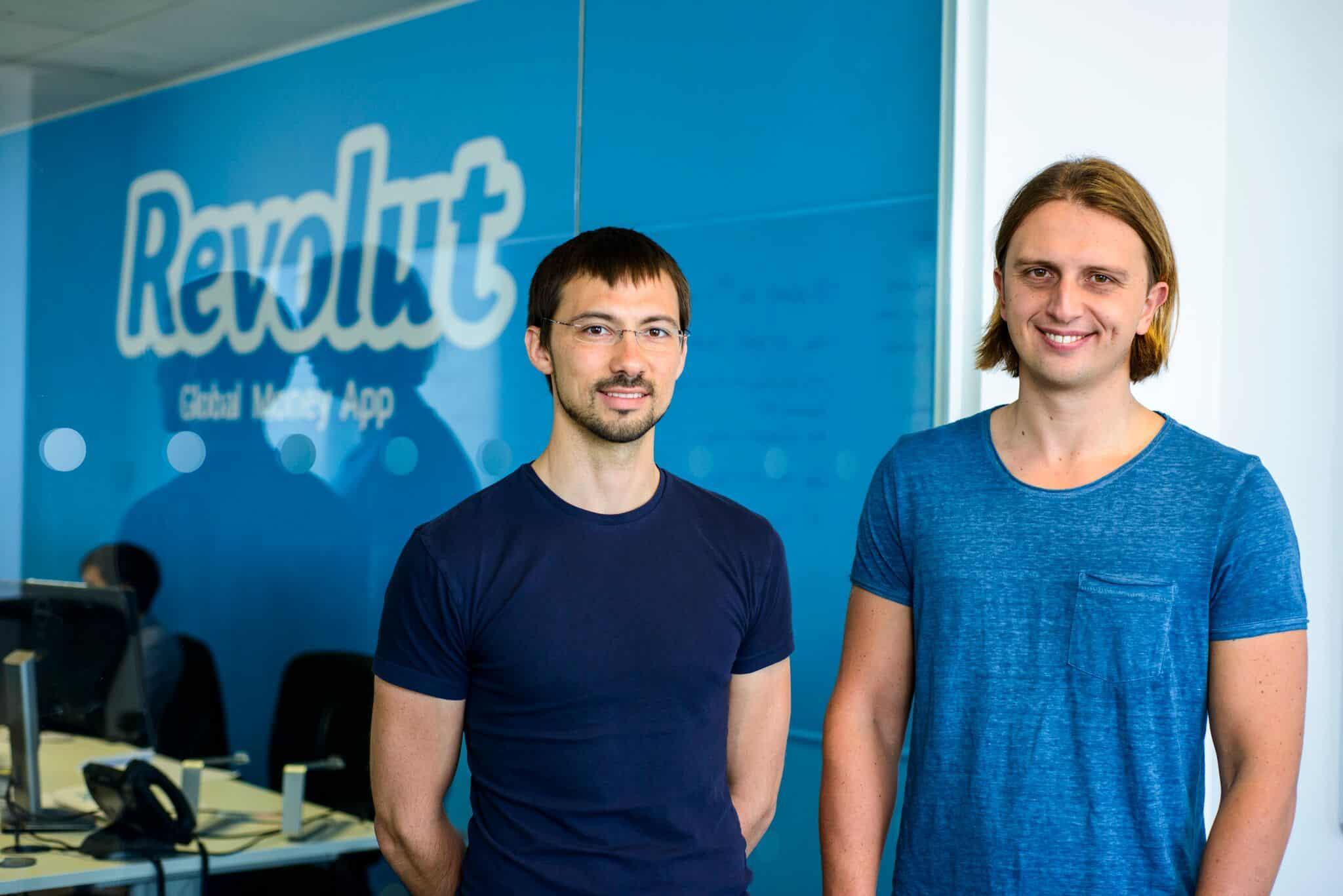 основателите на револют пред логото на компанията
