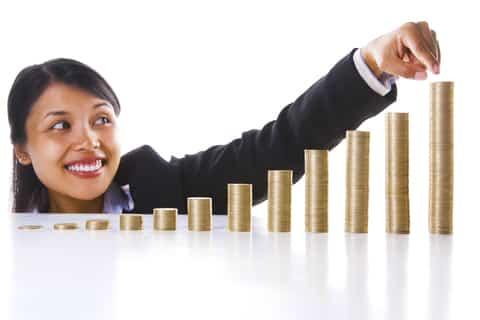 Perempuan yang sukses dengan investasi dan menunjukkan hasil investasi pada akhir tahun.