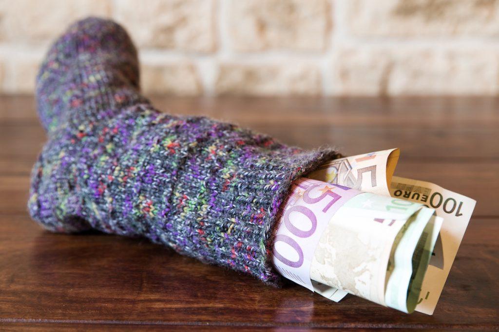 rahan säästäminen käteisenä