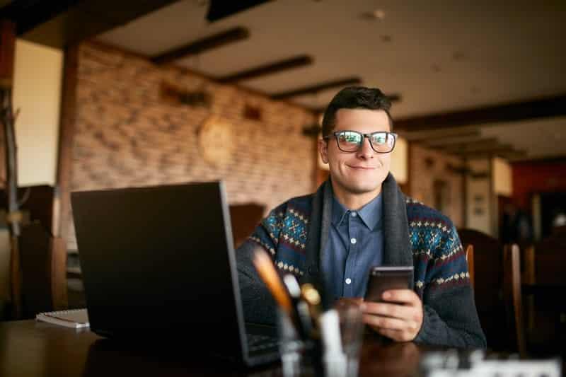 hipster solicitando microcredito